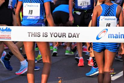 Zwei Läuferinnen beim Frankfurt Marathon 2017 Startband This is your day